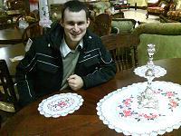 Собственной персоной за столом с красными салфетками